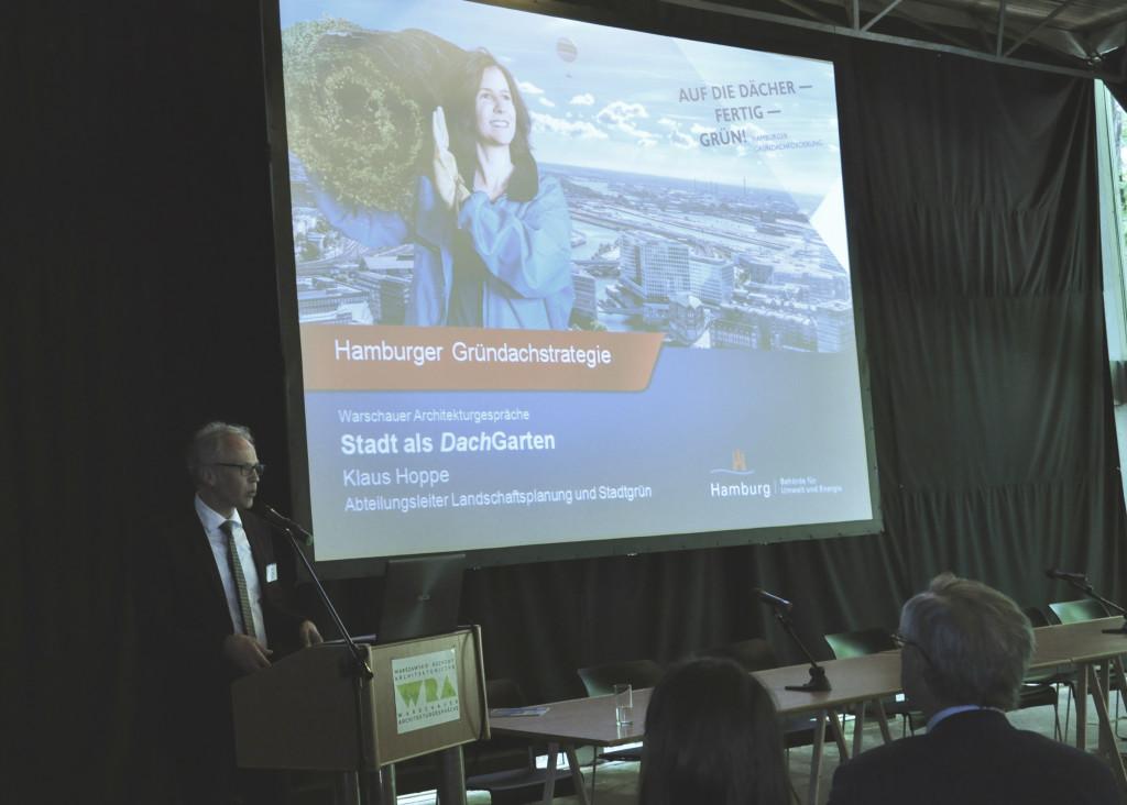Klaus Hoppe, dyrektor Wydziału Planowania Krajobrazowego i Zieleni Miejskiej Miasta Hamburg przedstawił nam strategię wspierania inwestycji z zielonymi dachami Hamburga, fot. Paulina Lipka